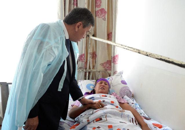 Президент Сооронбай Жээнбеков навестил пострадавших в перестрелке на границе с Таджикистаном, посетив Бишкекский научно-исследовательский институт травматологии и ортопедии (БНИЦТО)