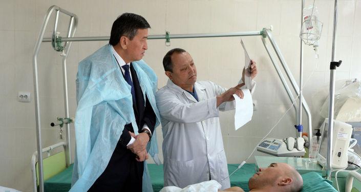 Президент Сооронбай Жээнбеков Бишкек шаардык Травматология жана ортопедия илим изилдөө институтуна барып, кыргыз-тажик чек арасында ок жеп борбор калаага алып келинген бейтаптардан кабар алды