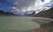 Ледниковое озеро Петрова близ высокогорного рудника Кумтор