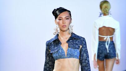 Модель Салидат Хамилова идет по сцене во время Недели моды в Нью-Йорке. 10 сентября 2019 года в Нью-Йорке