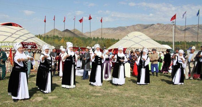 В этно-городке, размещенном на территории комплекса Манас Ордо в Таласской области началась культурная программа в рамках Национальных игр кочевников
