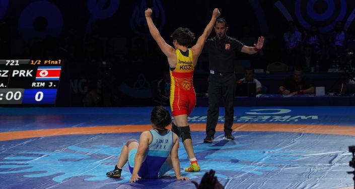 Кыргызстанская спортсменка Айсулуу Тыныбекова после победы над Йонг Сим Рим из КНДР на полуфинале чемпионата мира по борьбе в Нур-Султане
