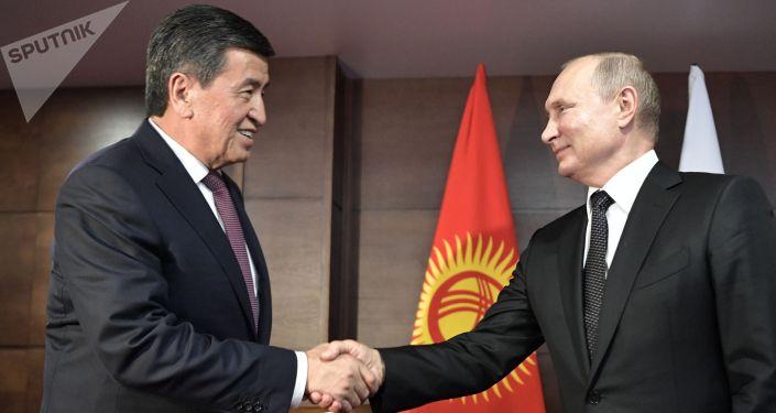 Президент РФ Владимир Путин и президент Кыргызстана Сооронбай Жээнбеков (слева) во время встречи.