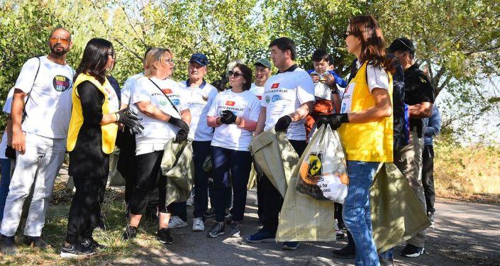 Премьер-министр Кыргызской Республики Мухаммедкалый Абылгазиев во время участия в глобальной экологической гражданской акции Всемирный день чистоты (World Clean Up Day).