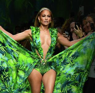 Американская певица Дженнифер Лопес представляет творение коллекции Versace для женщин весна-лето 2020 в Милане. 20 сентября 2019 года