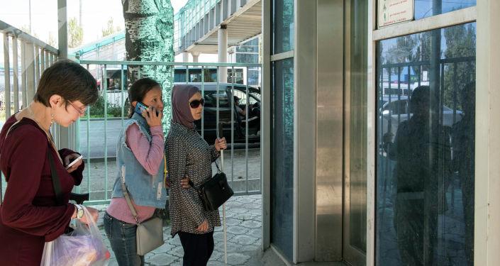 ЛОВЗ у неработающего лифта в надземном переходе в Бишкеке