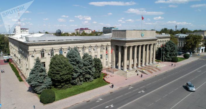 Бишкек шаарынын Абдумомунов көчөсүндөгү эски аянт. Архив