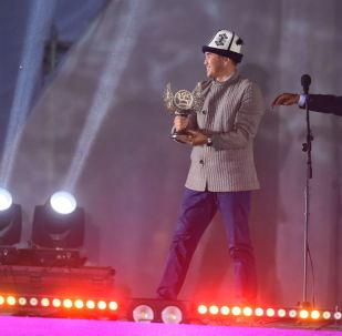 Полномочный представитель правительства в Таласской области Марат Мураталиев передал эстафету Национальных игр кочевников своему коллеге из Ошской области Узарбеку Жылкыбаеву.