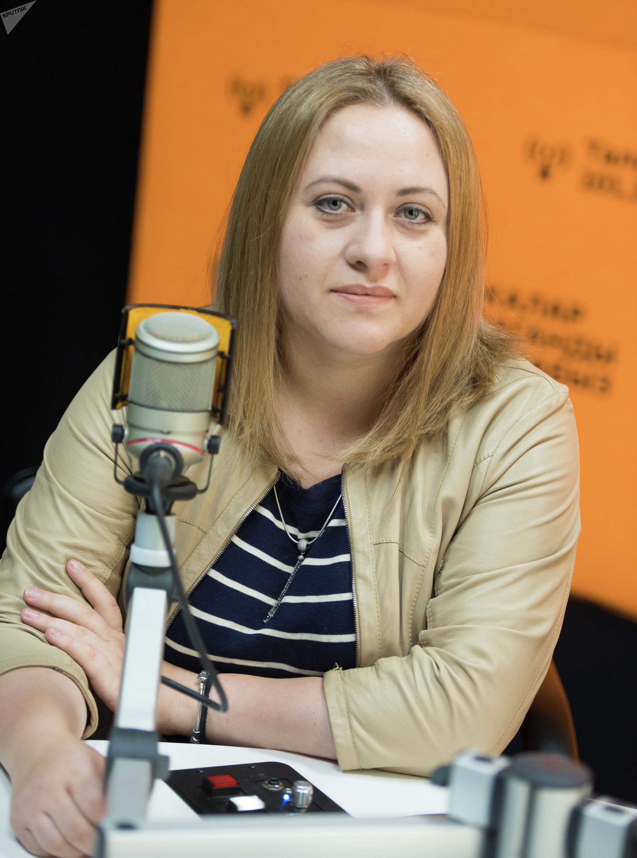 Консультант по влиянию и противодействию социально-психологическому манипулированию Юлия Денисенко на радиостудии Sputnik Кыргызстан