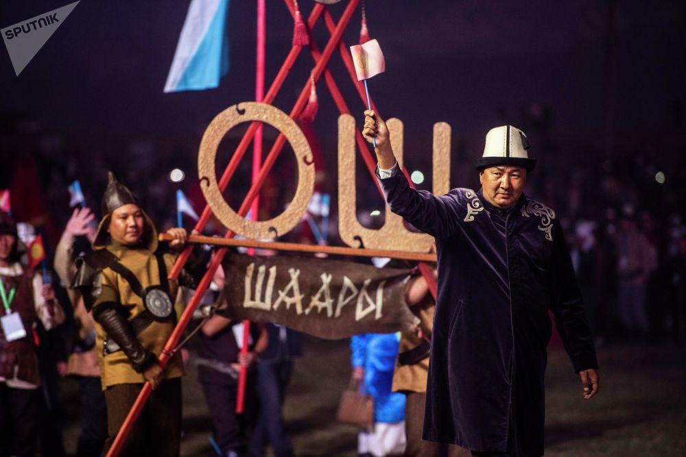 Парад участников на официальной церемонии закрытия I Национальных игр кочевников в Таласской области