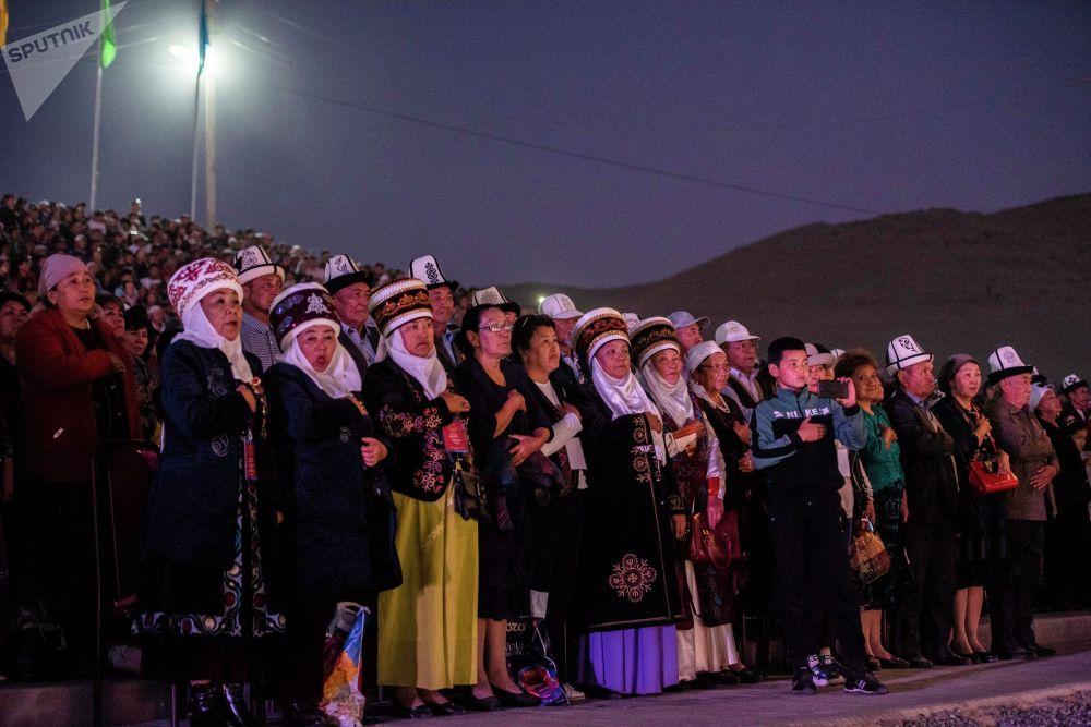 Зрители на официальной церемонии закрытия I Национальных игр кочевников в Таласской области