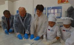 В школе имени Раисы Рысаковой в Таласе началась реализация проекта оптимизации школьного питания. Проект осуществлен в рамках Всемирной продовольственной программы ООН, которая финансируется Россией.