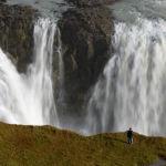 Исландиядагы Гульфосс шаркыратмасынын жанындагы турист