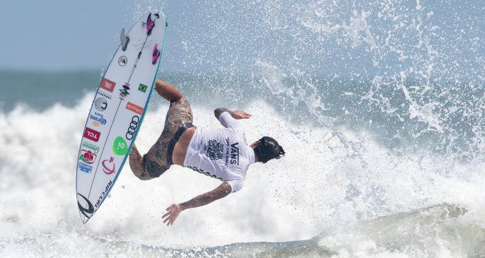 Бразильский профессиональный серфер Габриэль Медина выступает на финале Всемирных игр по серфингу Миядзаки (Япония)