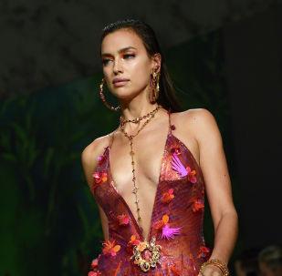 Российская модель Ирина Шейк на показе Versace весна/лето 2020 в Милане