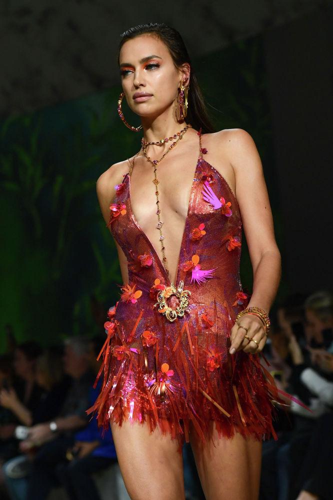 Россиялык модель Ирина Шейк Versace брендинин мода жумалыгында