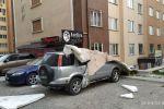 Часть облицовки дома, упавшая из-за ветра на припаркованные машины в микрорайоне Тунгуч