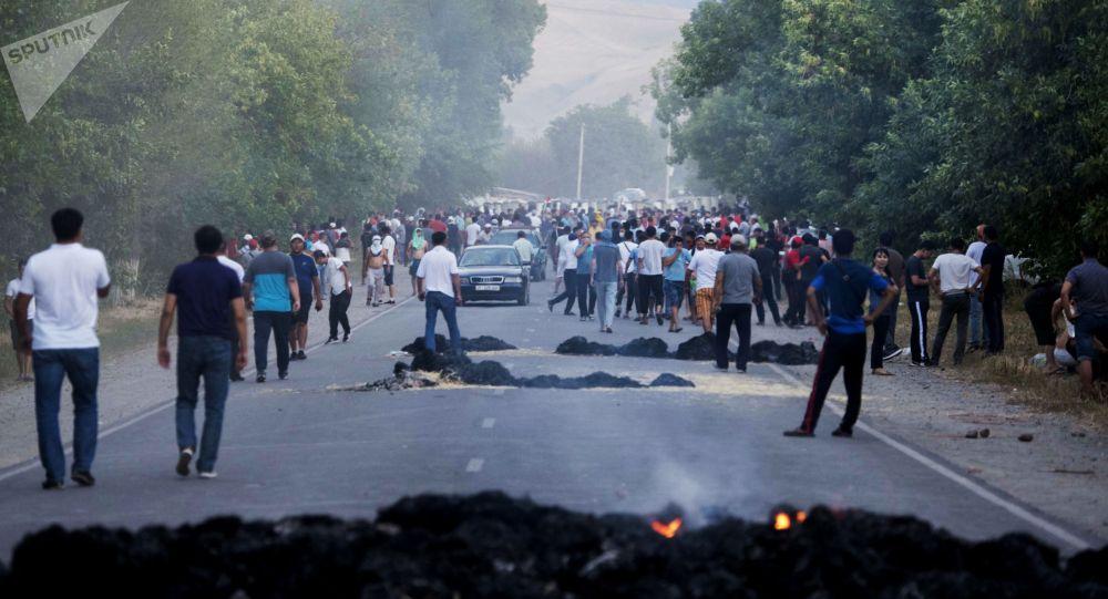 Местные жители во время столкновений с милицией в селе Кой-Таш. Архивное фото