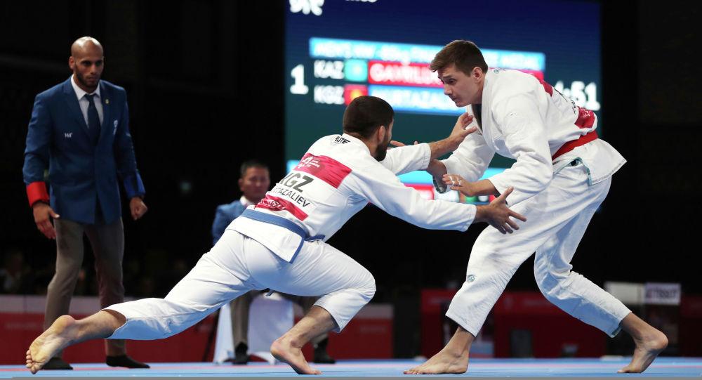 Абдурахманхаджи Муртазалиев из Кыргызстана соревнуется с соперником на турнире. Архивное фото