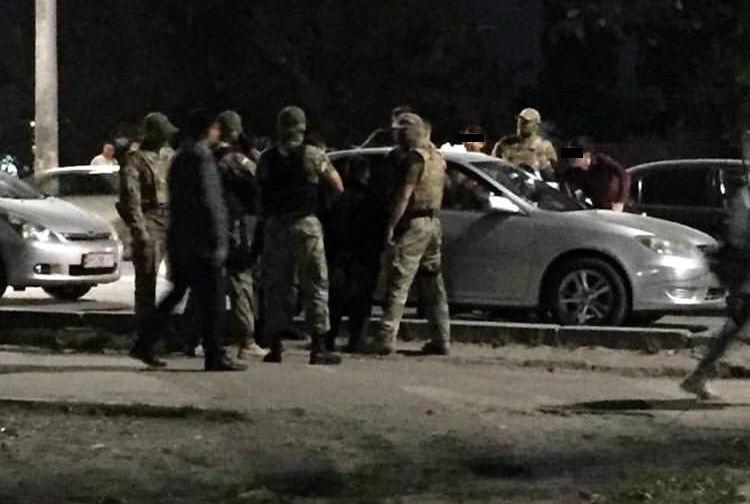 В Бишкеке сотрудники Государственной службы по борьбе с экономическими преступлениями (ГСБЭП, Финпол) задержали четырех сотрудников Октябрьского РУВД