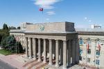 Вид на здание правительства КР на старой площади в центре Бишкека. Архивное фото