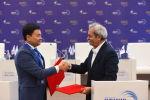 Председатель палаты Голамхоссеин Шафеи и президент Кыргызского союза предпринимателей и промышленников Данил Ибраев во время подписания документов