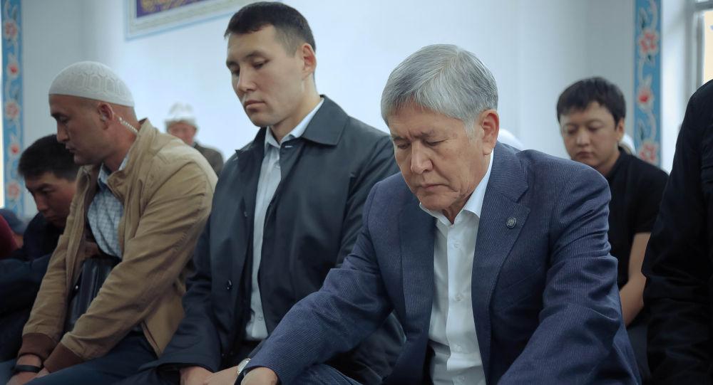 Мурдагы президент Алмазбек Атамбаев жана жан сакчысы Канат Сагымбаев. Архивдик сүрөт