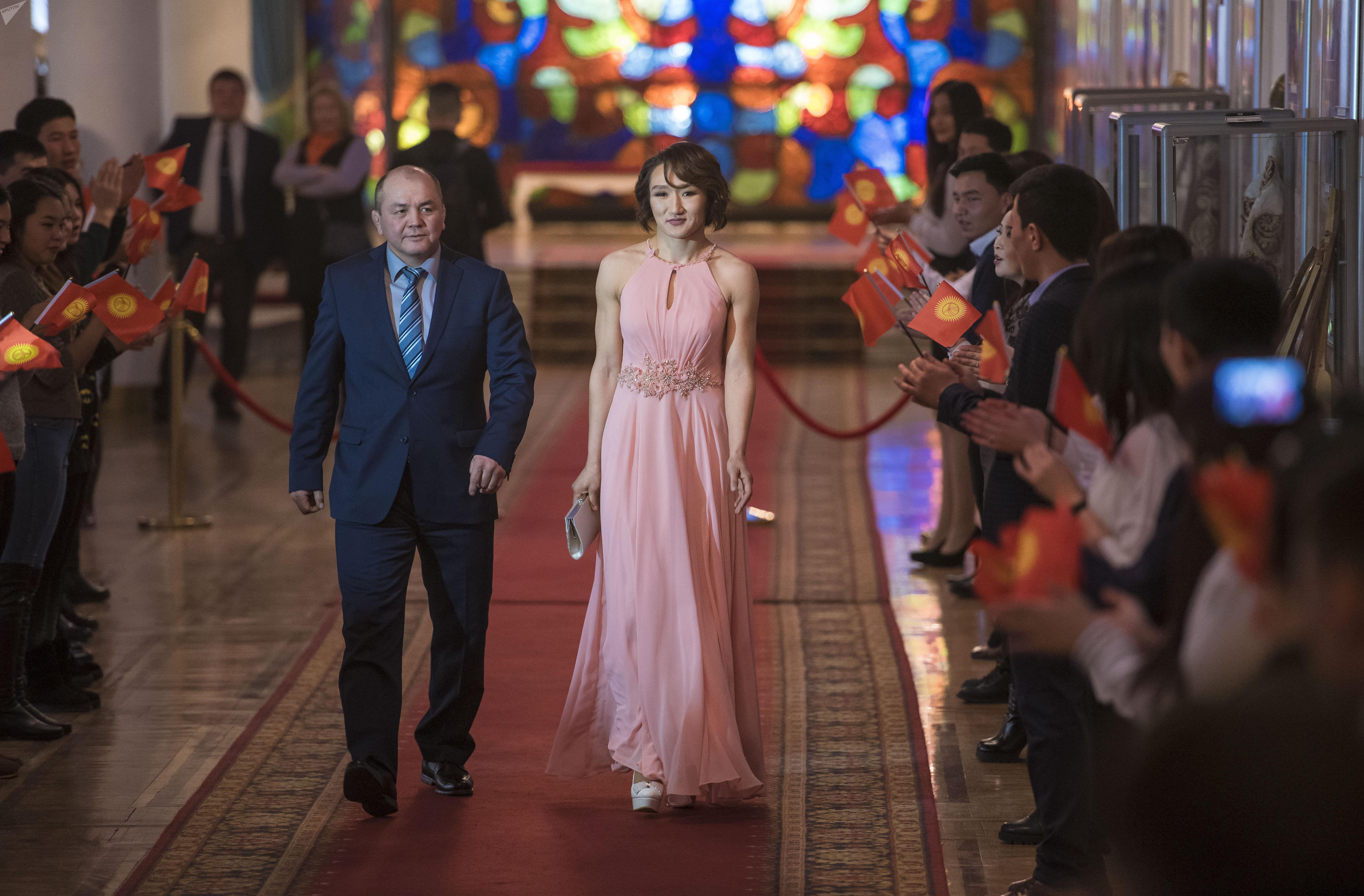 По красной дорожке проходит любимица Кыргызстана — борец Айсулуу Тыныбекова