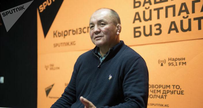 Тренер женской сборной команды Кыргызстана по вольной борьбе Нурбек Изабеков на радиостудии Sputnik Кыргызстан