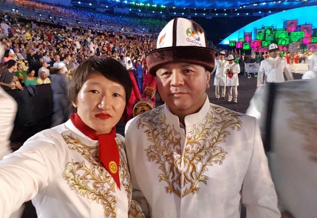 Тренер женской сборной команды Кыргызстана по вольной борьбе Нурбек Изабеков с Айсулуу Тыныбековой