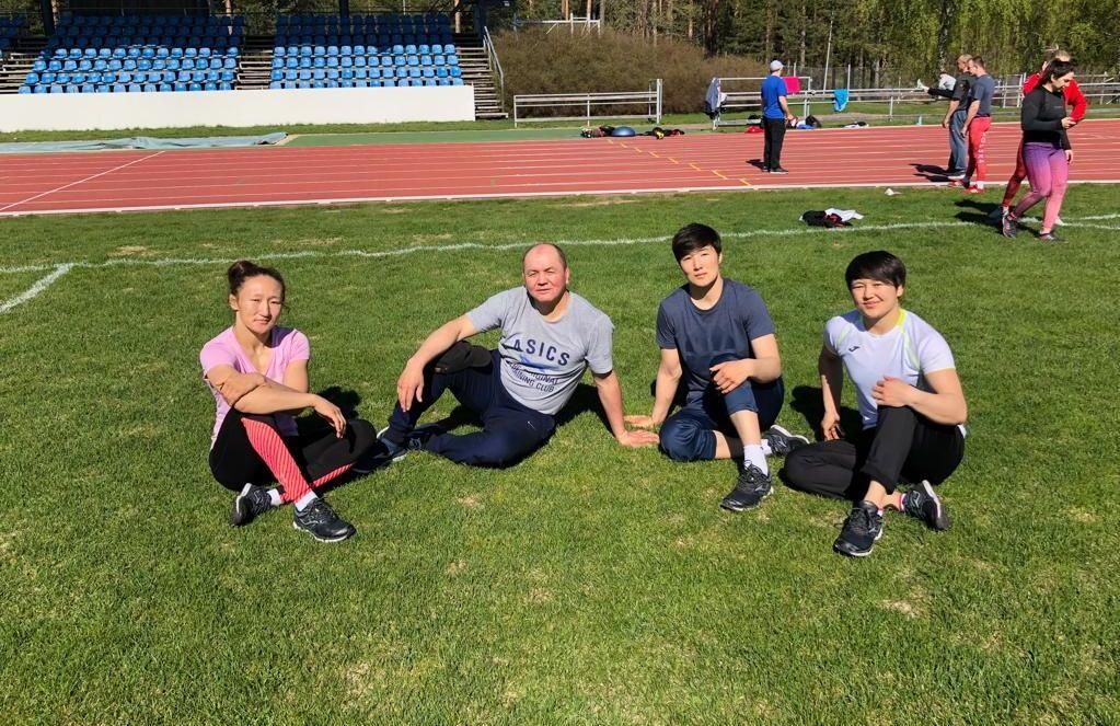 Тренер женской сборной команды Кыргызстана по вольной борьбе Нурбек Изабеков с борцами