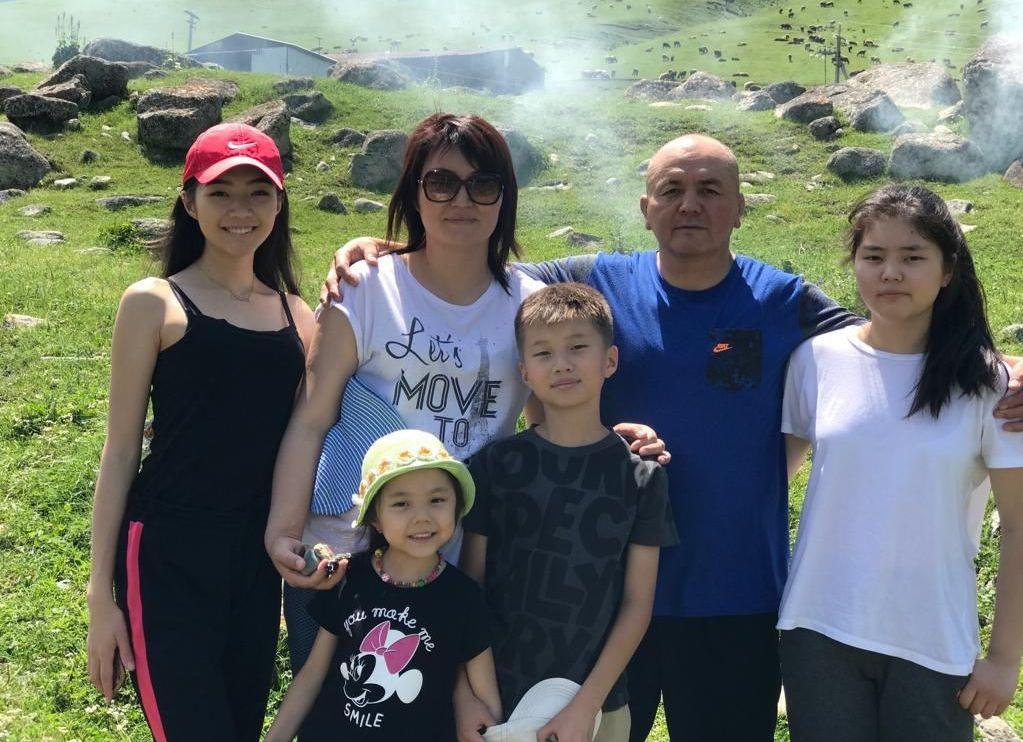 Тренер женской сборной команды Кыргызстана по вольной борьбе Нурбек Изабеков с семьей