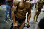Бодибилдер тренирует свои мышцы. Архивное фото