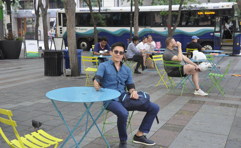 Обучающийся в докторантуре в Саудовской Аравии Доолос Айбек уулу катается на уличном кафе
