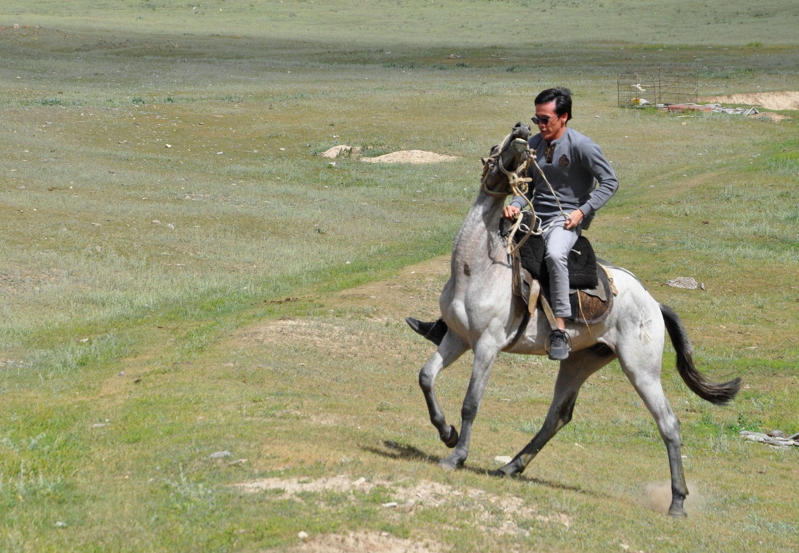 Обучающийся в докторантуре в Саудовской Аравии Доолос Айбек уулу катается на коне