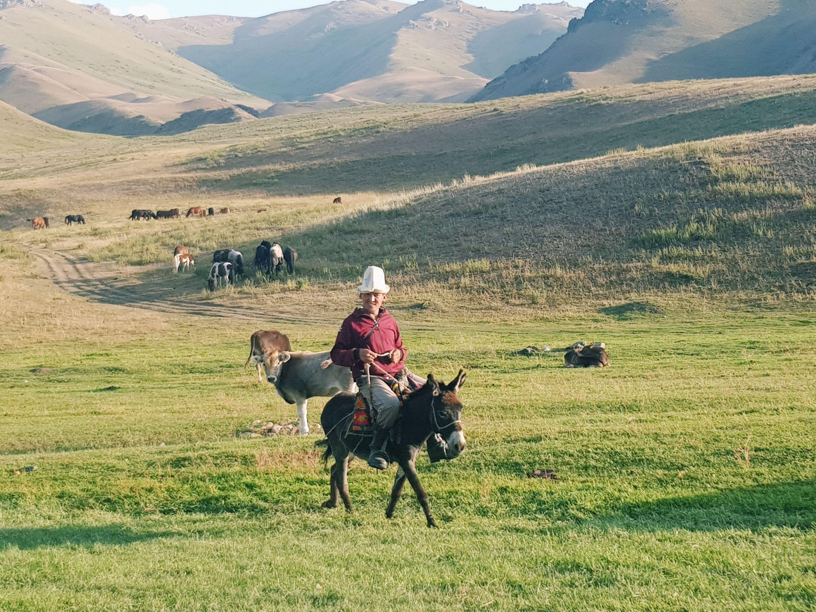 Улисс Любен: В каком-то безымянном месте нам неожиданно попался пастух на осле. Разумеется, он позволил нам на нем покататься.