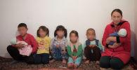 Многодетная мама Наргиза Майрамбек кызы с детьми