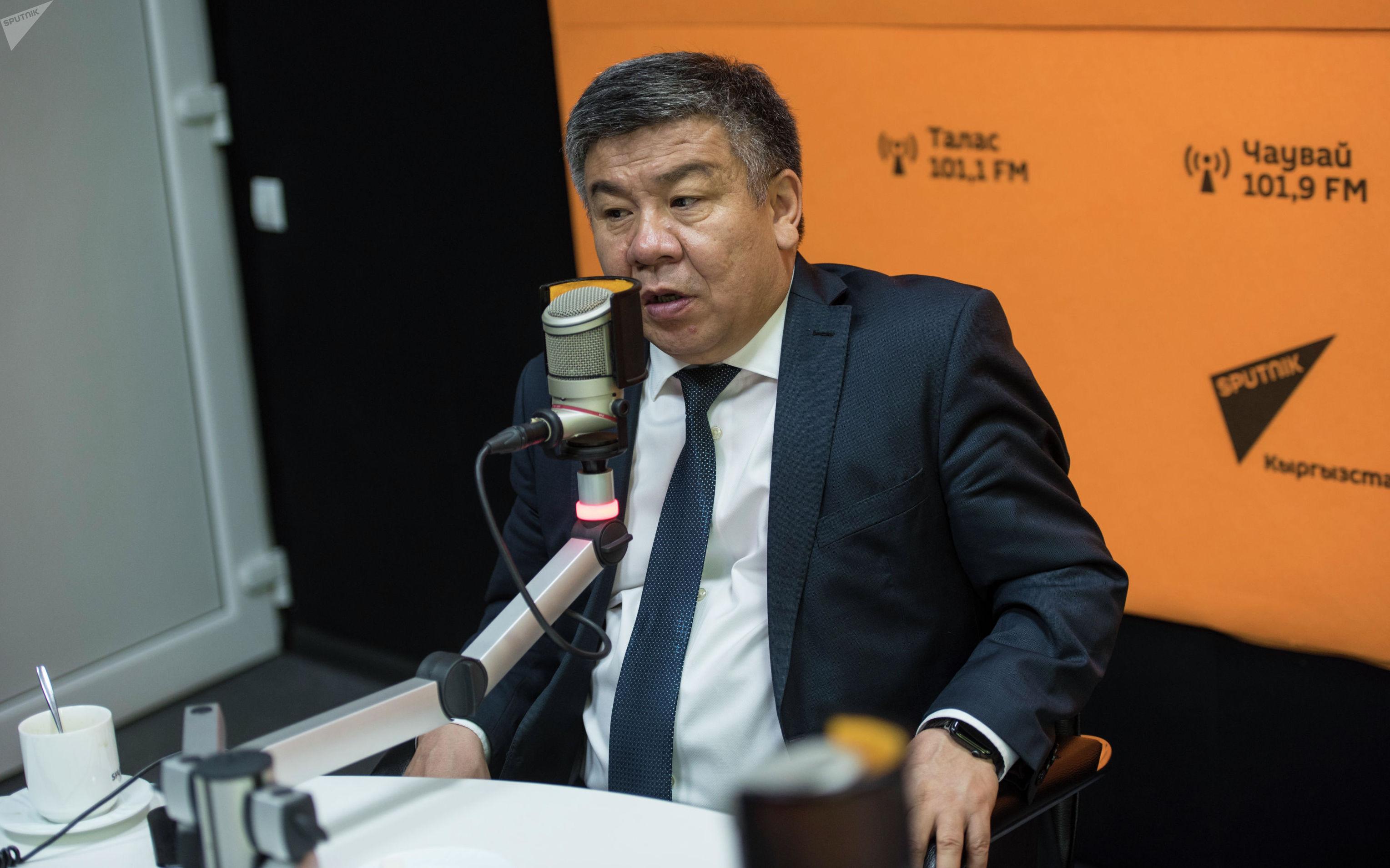 Депутат ЖК Алмамбет Шыкмаматов во время интервью в рамках проекта Интервью наоборот