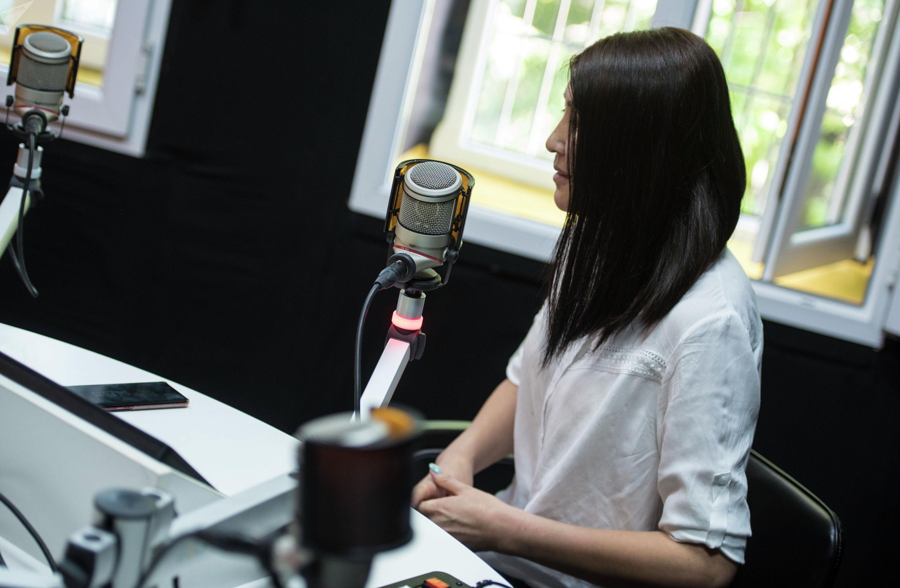 Журналист Sputnik Кыргызстан Бегимай Бакашева во время интервью в рамках проекта Интервью наоборот