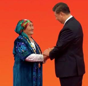 Председатель КНР Си Цзиньпин по случаю 70-летней годовщины образования страны вручил высшую государственную награду Народный герой этнической кыргызке Бурмакан Молдо.