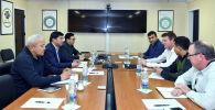 Премьер-министр Кыргызской Республики Мухаммедкалый Абылгазиев в ходе посещения рудника Кумтор провёл переговоры с президентом компании Centerra Gold Inc. Скоттом Перри.