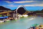 Камера зафиксировала обрушение арочного моста в уезде Илань. В результате пострадали не менее 10 человек.