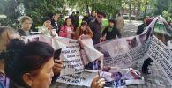 Возле здания Жогорку Кенеша проходит митинг группы родителей, выступающих против денежных сборов в школах Кыргызстана