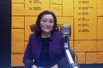 Заместитель министра труда и социального развития КР Жаныл Алыбаева во время беседы на радио