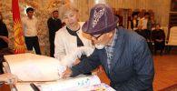 В Бишкеке десятки супружеских пар отметили золотую (50 лет брака), изумрудную (55 лет) и бриллиантовую (60 лет) свадьбы