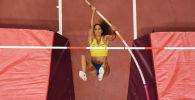 Легкоатлетка из Швеции Ангелика Бенгтссон совершает прыжок в финале соревнований по прыжкам с шестом среди женщин на чемпионате мира по легкой атлетике в Дохе. 29 сентября 2019 года