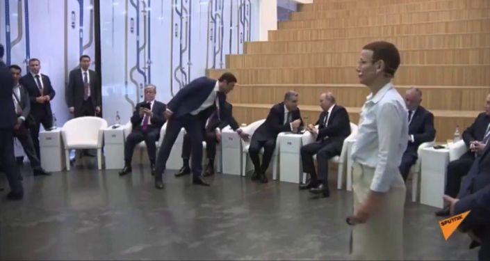 Председатель ЕЭК Тигран Саркисян занял место премьера Армении Николы Пашиняна между президентами Владимиром Путиным и Сооронбаем Жээнбековым. Это попало на видео.
