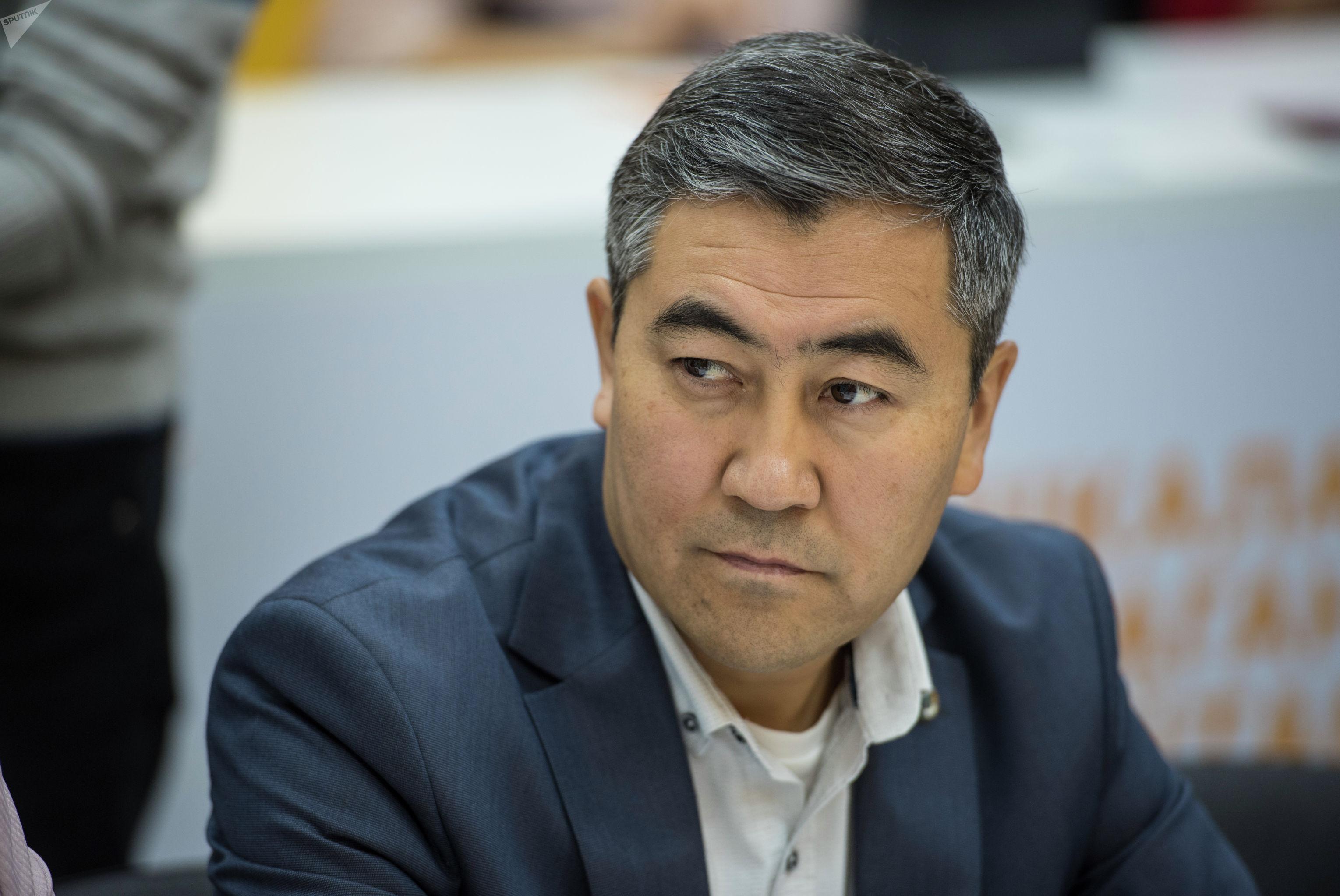 Член общественного совета при Министерстве образования и науки Кенешбек Сайназаров во время круглого стола в мультимедийном пресс-центре Sputnik Кыргызстан.