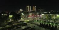 Мы сняли ночной Бишкек с высоты птичьего полета. На кадрах можно увидеть высотные здание, которые появились за последние годы.