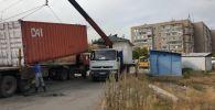 Кран во время сноса незаконно установленных павильонов в Бишкеке